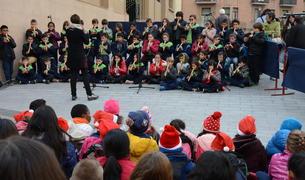 Imatge de la cantada de nadales que diversos escolars tarragonins han fet davant del Mercat Central.