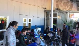 Petits i grans van visitar les dependències de la Policia Municipal del Vendrell.