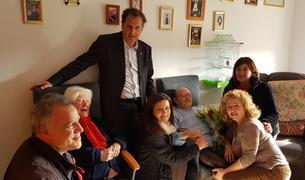 L'alcalde del municipi, Alfons Garcia, i els regidors Cristina Borràs, Elidia López i Jaume Ciré van visitar a l'homenatjat, acompanyat pels seus familiars.
