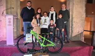 Fotografia de grup dels guanyadors de la Gimcana d'aparadors de Nadal.