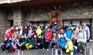 Fotografia de família dels participants a la 2a edició de l'Esquiada Jove.