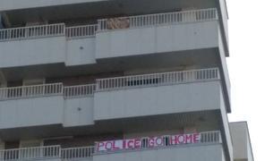 Arxiven la denúncia contra la tarragonina que va penjar una pancarta en contra de la policia