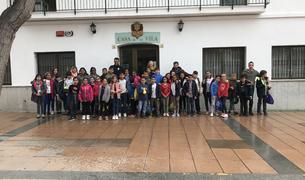 Fotografia de grup de la cinquantena d'alumnes que han visitat el consistori.
