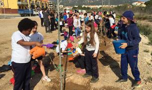 El centre educatiu organitza cada any l'activitat per conscienciar els infants sobre la importància de conservar i cuidar el medi ambient.