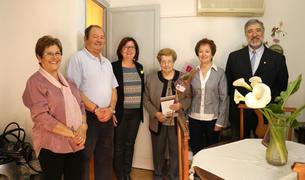 Camí Mendoza ha entregat una rosa a Miguela, de 92 anys, una de les persones ateses per Amics de la Gent Gran.