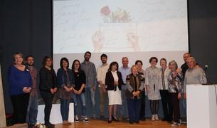 Fotografia de grup en l'acte d'entrega dels premis del Concurs Literari de la Bisbal.