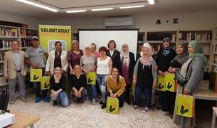 Fotografia de grup de les dotze parelles participants a la 4a edició del Voluntariat per la llengua a Creixell, en l'acte de presentació.