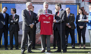 El ministre Méndez de Vigo, al centre, al Nou Estadi, amb Ballesteros i el president del Nàstic.