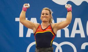 Lidia Valentín, con los brazos en el aire después de ganar uno de los dos oros alcanzados en el pabellón de Constantí ayer.