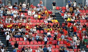 Diversos espectadors de l'acte inaugural dels Jocs Mediterranis exhibint banderes espanyoles.