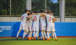 Los jugadores españoles celebran la victoria alcanzada contra el Marruecos en una final muy disputada con el campo lleno.