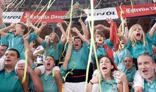 Membres dels Castellers de Vilafranca celebren la victòria aconseguida al concurs celebrat el 2016.