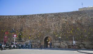 Imatge de llaços grocs col·locats a la Muralla la tarda d'ahir dimarts, 16 d'octubre.