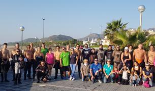 Fotografia de família dels participants en les tasques de neteja a les platges de l'Hospitalet de l'Infant.