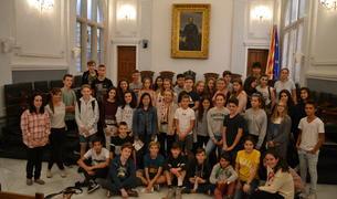 Fotografia de família dels estudiants a l'Ajuntament de Reus.