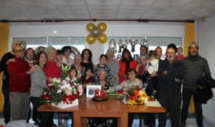 Foto de família de l'acte de celebració dels 100 anys de Maria Fidalgo.