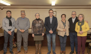 Imatge dels integrants del Senat de la Gent Gran de Constantí junt a l'alcalde del municipi, Oscar Sánchez.
