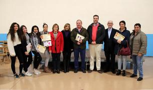 Fotografia de família dels representants comerços participants en el concurs amb els seus respectius premis i diplomes.