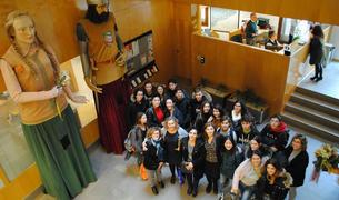 Alumnes i professors de l'intercanvi en una foto de record al vestíbul de l'Ajuntament.