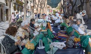 La Trobada de Puntaires de Constantí este año se celebró en la calle Major.