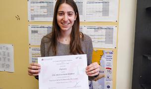 La alumna Lídia Bofarull Barberà con el diploma que certifica su premio.