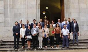 Imagen de los miembros de la delegación turca delante de la puerta del Ayuntamiento.