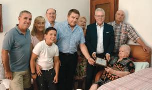 El alcalde, Pere Granados, con la mujer homenajeada y su familia en su residencia.
