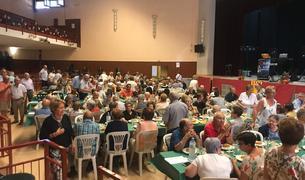 Comida de hermandad que se organizó con los participantes en la sala recreativa.