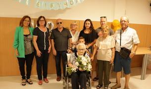 Fotografía de familia de la celebración de los 100 años de Ramona Nebot.