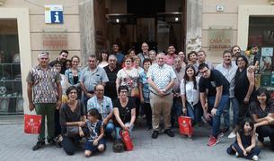 Fotografía de familia de los ganadores de la campaña 'Barris Antics' que visitaron l'Arboç.