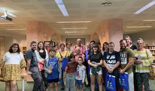 Fotografía de familia de la recepción a los recién llegados en la Bisbal del Penedès.