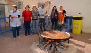 Los participantes en la preparación de la sartén|paella.