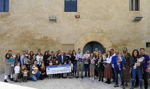 El alcalde con todas las familias y sus bebés en el Pati del Castell.