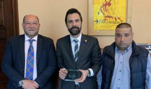 Paquito Ferreres y Manel Carbonell con el presidente del Parlament Roger Torrent.