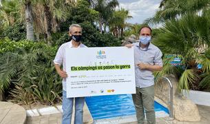 Joan Antón haciendo la entrega del dinero a Miguel Javaloy, delegado de AFANOC Tarragona.