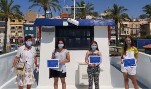 Los ganadores recibieron elpremi encima de la Golondrina del puerto.