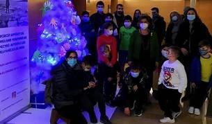Els nens i joves de l'entitat han fet diverses manualitats per decorar l'arbre.