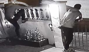 Imatge dels lladres enregistrada per una càmara de videovigilància d'un dels habitatges afectats.