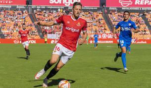 Edgar Hernández en el partit jugat al Nou Estadi contra el Linares Deportivo.