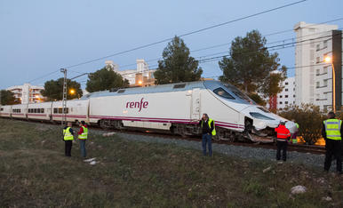 Descarrila un tren a Mont-roig del Camp sense causar ferits en xocar contra una pedra