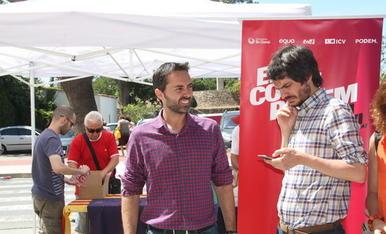 L'eurodiputat Ernest Urtasun, mirant el seu telèfon mòbil, amb el candidat número 2 pel Senat d'En Comú Podem per Tarragona, el tortosí Jordi Jordan, amb la carpa de la coalició al fons.