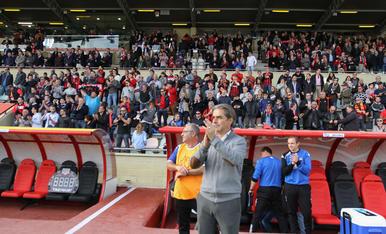 El técnico rojinegro celebra la victoria en la ida del derbi contra el Nàstic (1-0) en el Estadi.