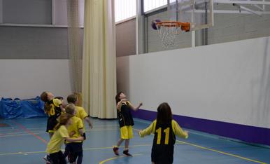 Els petits gaudeixen del bàsquet