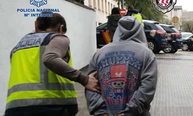 Imagen de la detención de uno de los integrantes de la organización.