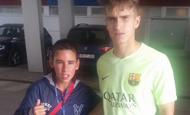 Els jugadors del Barça, amb el nen de la Floresta