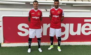 Abraham Minero i Xavi Molina, amb la nova samarreta.