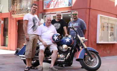 Òscar Llop, Joan Carles Llop, Eugeni Biosca i Xavier Vidal davant el local amb la moto de Biosca, decorada amb motius del Capità Amèrica.