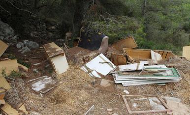 Mobles i restes d'obra s'acumulen en abocadors a la carretera del Llorito