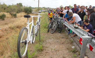 Multitudinari homenatge en record dels ciclistes atropellats
