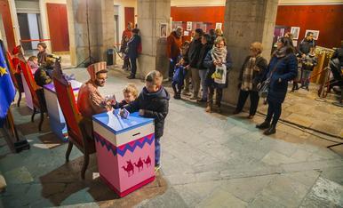 Els nens i nenes de Tarragona entreguen les seves cartes als patges reials